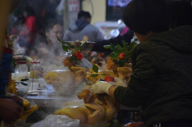 Chùm ảnh: Nửa triệu đồng bộ gà luộc xôi gấc, người Hà Nội quây kín chờ mua cúng ông Công ông Táo - Ảnh 4.