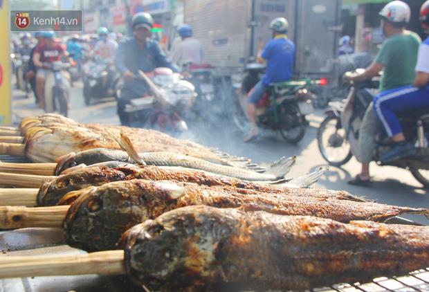 Bán đắt gấp 3 lần ngày thường, phố cá lóc nướng ở Sài Gòn thơm nức trước lễ đưa ông Táo về trời - Ảnh 8.
