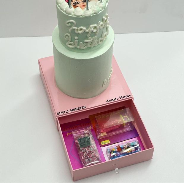 """Lác mắt với độ """"fancy"""" của chiếc bánh kem Jennie (BLACKPINK) được tặng dịp sinh nhật, kèm thêm bộ trang sức bằng kẹo siêu tinh xảo! - Ảnh 4."""