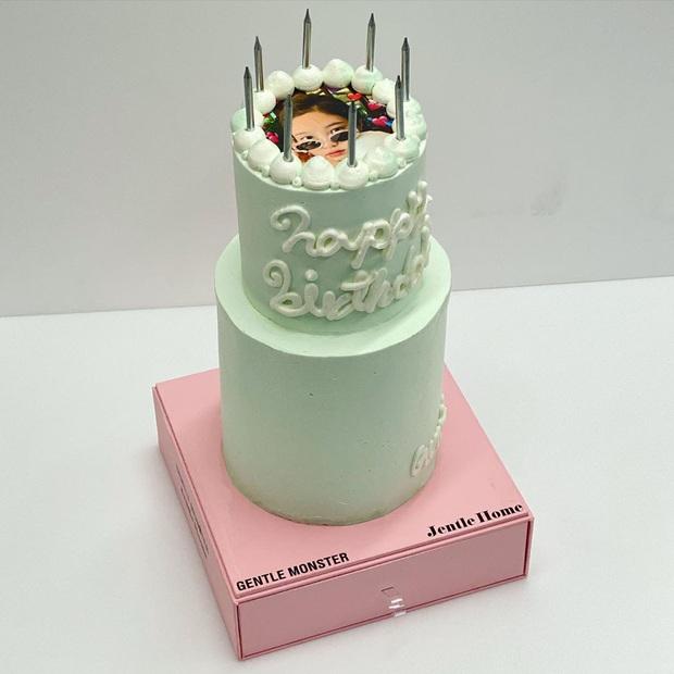 """Lác mắt với độ """"fancy"""" của chiếc bánh kem Jennie (BLACKPINK) được tặng dịp sinh nhật, kèm thêm bộ trang sức bằng kẹo siêu tinh xảo! - Ảnh 1."""