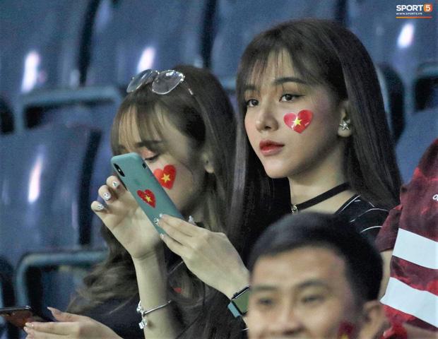 Báo Trung Quốc ấn tượng với một fan nữ Việt trên khán đài trận gặp CHDCND Triều Tiên, tìm ra info cô nàng xinh đẹp này thì hóa ra là người quen - Ảnh 2.