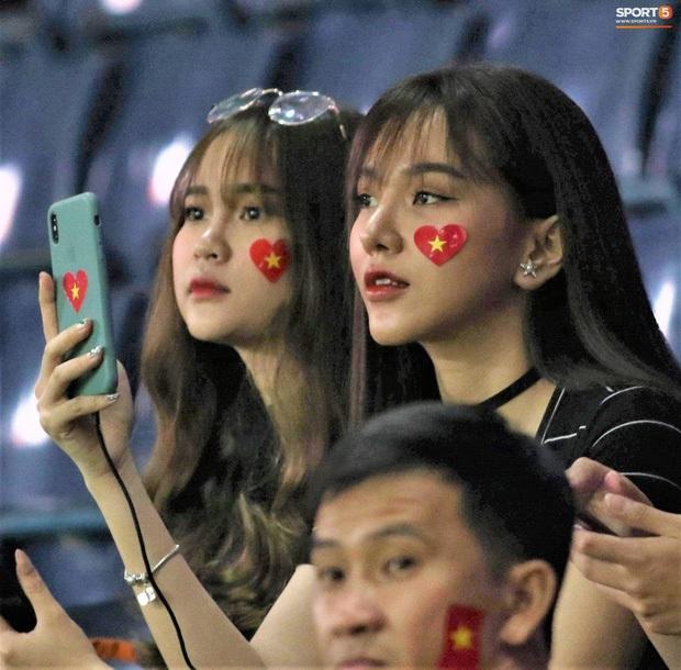 Báo Trung Quốc ấn tượng với một fan nữ Việt trên khán đài trận gặp CHDCND Triều Tiên, tìm ra info cô nàng xinh đẹp này thì hóa ra là người quen - Ảnh 3.