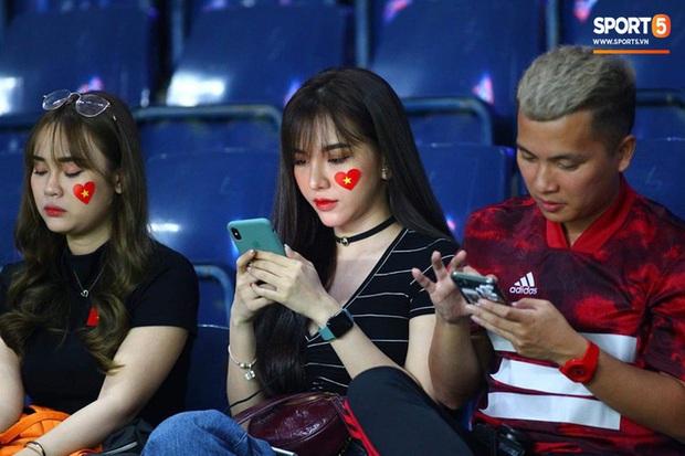 Báo Trung Quốc ấn tượng với một fan nữ Việt trên khán đài trận gặp CHDCND Triều Tiên, tìm ra info cô nàng xinh đẹp này thì hóa ra là người quen - Ảnh 4.