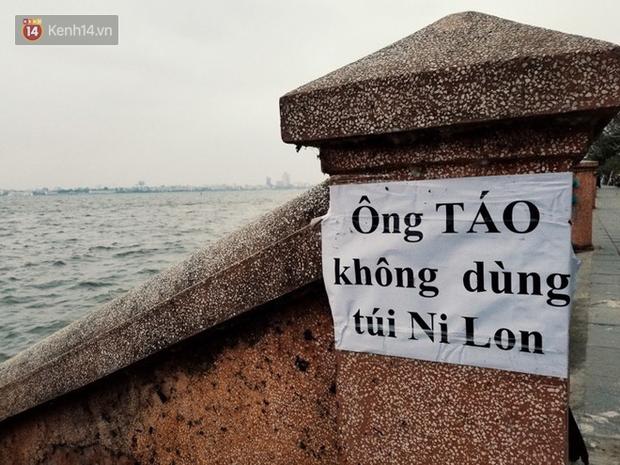 Hà Nội: Người dân thích thú với thông điệp Ông Táo không dùng túi nilon, hồ Tây không còn cảnh túi nilon nổi trắng dập dềnh - Ảnh 2.