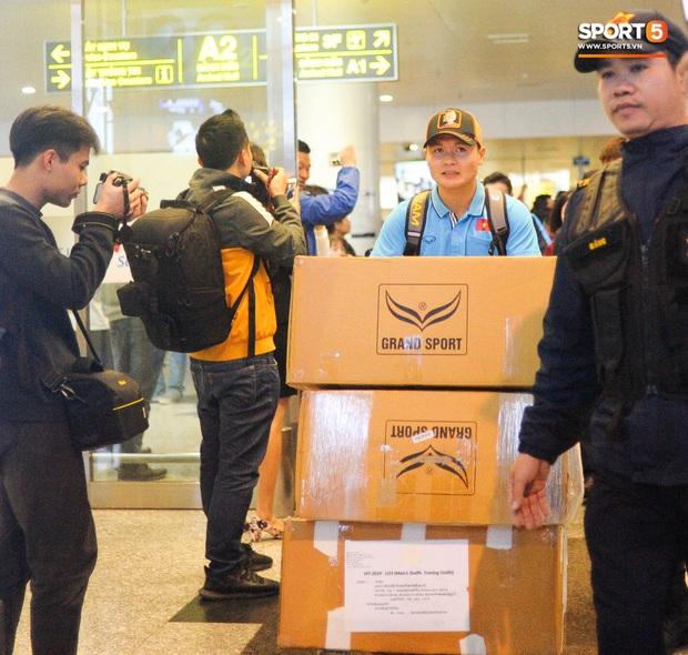 Người hâm mộ ngồi xe lăn tới Nội Bài đón Bùi Tiến Dũng trong ngày trở về - Ảnh 3.