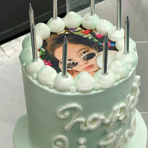 """Lác mắt với độ """"fancy"""" của chiếc bánh kem Jennie (BLACKPINK) được tặng dịp sinh nhật, kèm thêm bộ trang sức bằng kẹo siêu tinh xảo! - Ảnh 2."""