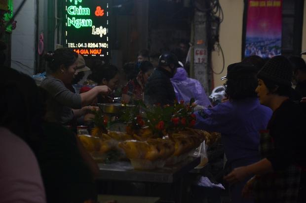 Chùm ảnh: Nửa triệu đồng bộ gà luộc xôi gấc, người Hà Nội quây kín chờ mua cúng ông Công ông Táo - Ảnh 2.