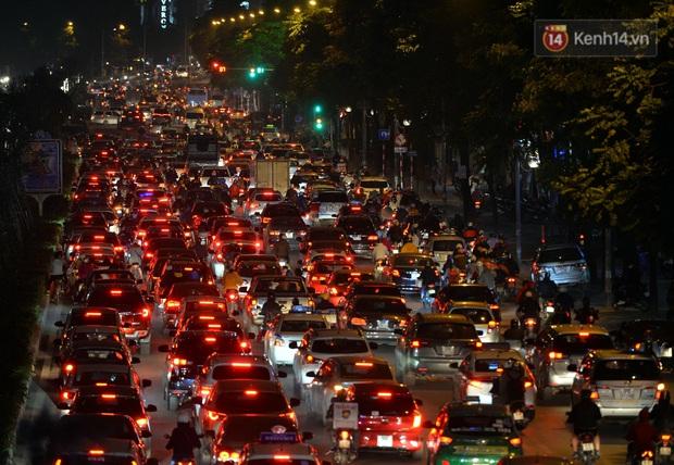 Đường phố Hà Nội tắc cứng và hỗn loạn trong chiều 23 Tết, người dân kiên nhẫn nhích từng chút một tranh thủ đi mua sắm - Ảnh 10.