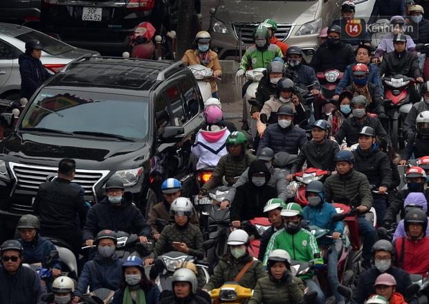 Đường phố Hà Nội tắc cứng và hỗn loạn trong chiều 23 Tết, người dân kiên nhẫn nhích từng chút một tranh thủ đi mua sắm - Ảnh 2.