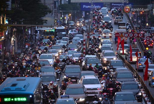 Đường phố Hà Nội tắc cứng và hỗn loạn trong chiều 23 Tết, người dân kiên nhẫn nhích từng chút một tranh thủ đi mua sắm - Ảnh 5.