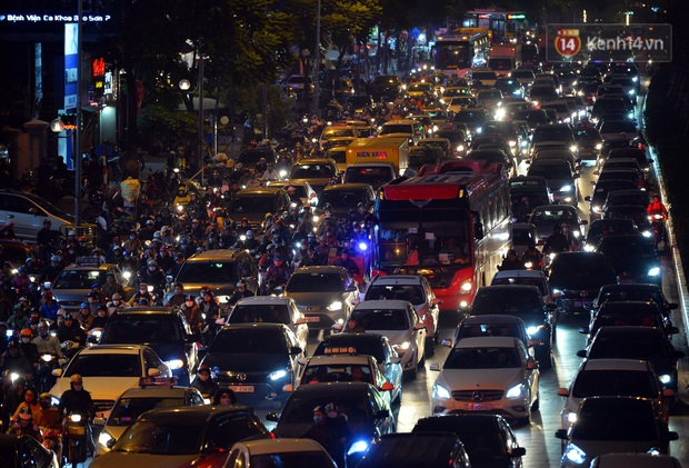 Đường phố Hà Nội tắc cứng và hỗn loạn trong chiều 23 Tết, người dân kiên nhẫn nhích từng chút một tranh thủ đi mua sắm - Ảnh 8.