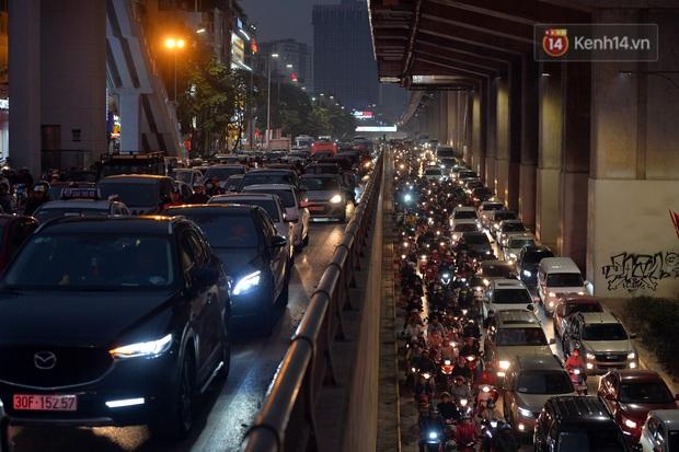 Đường phố Hà Nội tắc cứng và hỗn loạn trong chiều 23 Tết, người dân kiên nhẫn nhích từng chút một tranh thủ đi mua sắm - Ảnh 7.