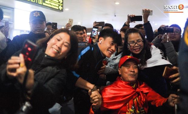 Người hâm mộ ngồi xe lăn tới Nội Bài đón Bùi Tiến Dũng trong ngày trở về - Ảnh 1.