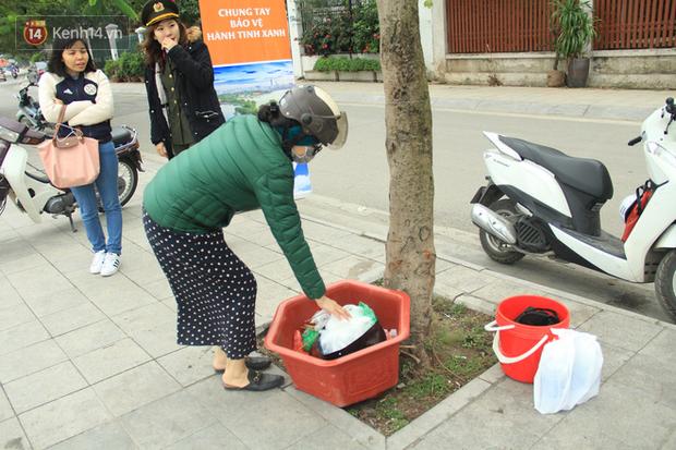 Hà Nội: Người dân thích thú với thông điệp Ông Táo không dùng túi nilon, hồ Tây không còn cảnh túi nilon nổi trắng dập dềnh - Ảnh 9.