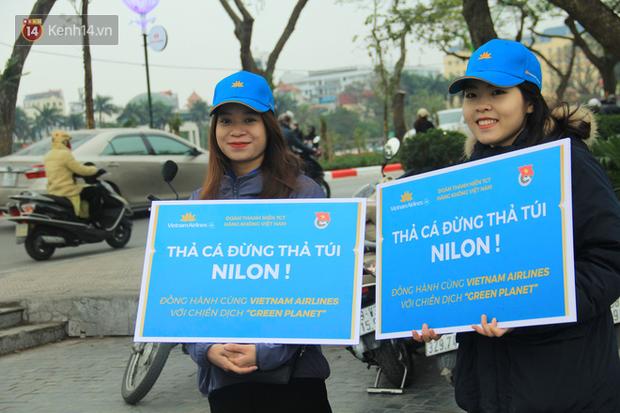Hà Nội: Người dân thích thú với thông điệp Ông Táo không dùng túi nilon, hồ Tây không còn cảnh túi nilon nổi trắng dập dềnh - Ảnh 12.