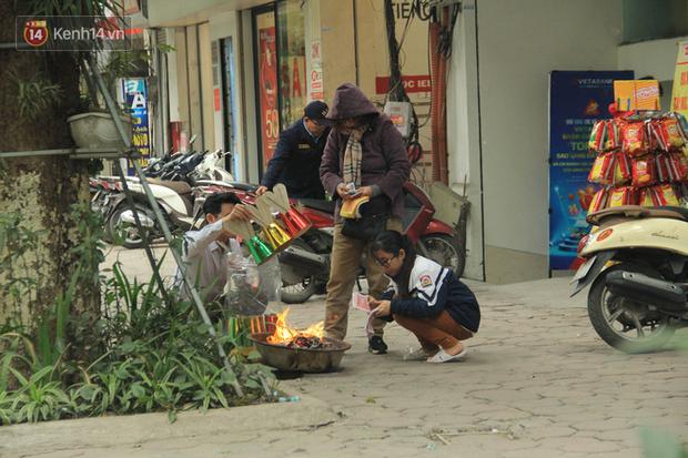 Ảnh: Người dân đồng loạt đốt vàng mã ngày ông Công ông Táo, các tuyến phố và chung cư khói bụi bay mù mịt - Ảnh 1.
