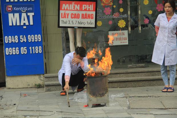 Ảnh: Người dân đồng loạt đốt vàng mã ngày ông Công ông Táo, các tuyến phố và chung cư khói bụi bay mù mịt - Ảnh 3.