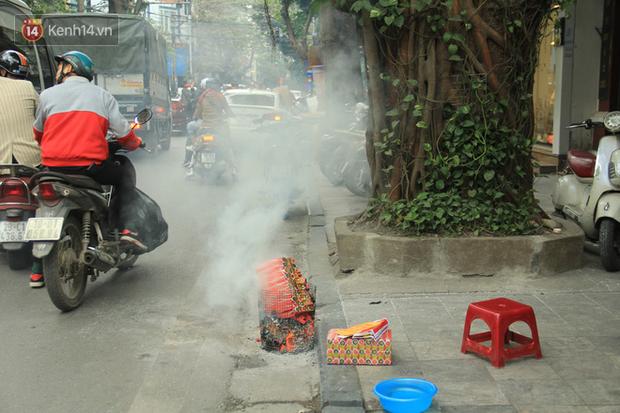 Ảnh: Người dân đồng loạt đốt vàng mã ngày ông Công ông Táo, các tuyến phố và chung cư khói bụi bay mù mịt - Ảnh 5.