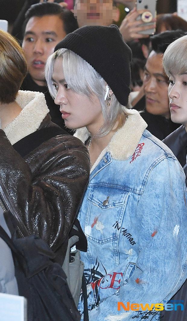 Ông hoàng Kpop G-Dragon gây bão tại sân bay, 2 boygroup NCT - iKON đại diện 2 ông lớn đụng độ khốc liệt - Ảnh 9.