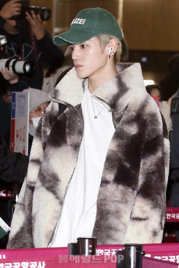 Ông hoàng Kpop G-Dragon gây bão tại sân bay, 2 boygroup NCT - iKON đại diện 2 ông lớn đụng độ khốc liệt - Ảnh 6.