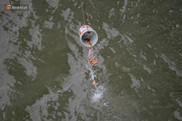 Dù nhóm tình nguyện viên hỗ trợ tiễn ông Công ông Táo về trời, một số người dân đứng trên cầu vẫn thản nhiên ném bát hương xuống sông - Ảnh 6.