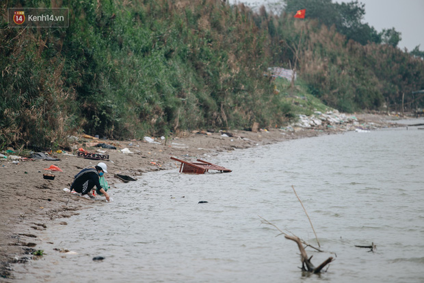 Dù nhóm tình nguyện viên hỗ trợ tiễn ông Công ông Táo về trời, một số người dân đứng trên cầu vẫn thản nhiên ném bát hương xuống sông - Ảnh 12.