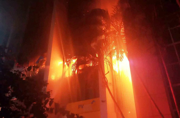 Vụ cháy tòa nhà dầu khí ở TP Thanh Hóa: Thêm 1 người chết, 3 cảnh sát PCCC nhập viện  - Ảnh 2.