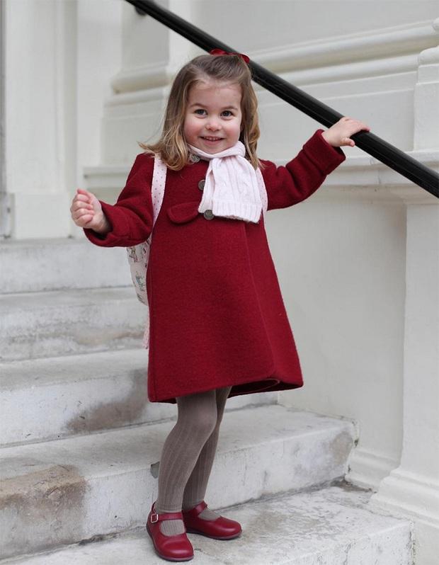 Dân tình đồn đoán Công chúa Charlotte chính là nguồn cảm hứng cho những thiết kế gây tranh cãi của Gucci - Ảnh 2.
