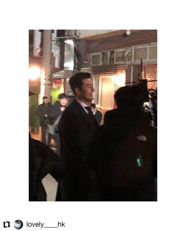 Hyun Bin quá đẹp ở hình chụp bừa khi quay Crash Landing on You, tóc vuốt bóng loáng gây mất liêm sỉ cực mạnh - Ảnh 6.
