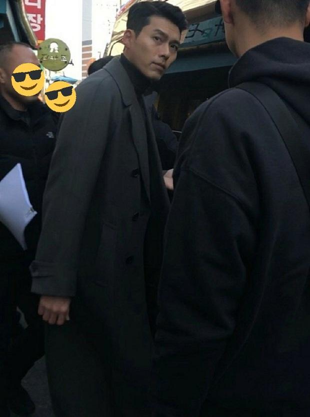 Hyun Bin quá đẹp ở hình chụp bừa khi quay Crash Landing on You, tóc vuốt bóng loáng gây mất liêm sỉ cực mạnh - Ảnh 4.