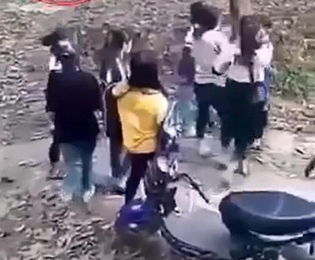 Mâu thuẫn trên mạng, hai nhóm nữ sinh đánh nhau, một người nhập viện cấp cứu - Ảnh 1.