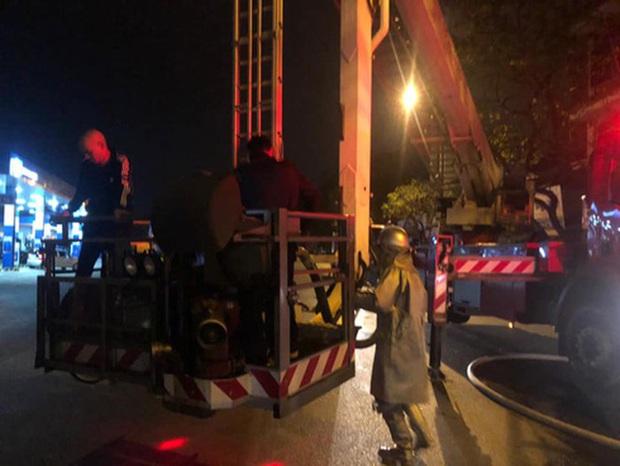 Bốn người trong 1 gia đình được cứu thoát khỏi đám cháy lúc tảng sáng - Ảnh 2.