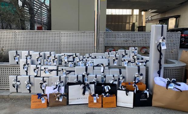 Sướng nhất Jennie: Sinh nhật được fan Trung Quốc tặng tới 70 món toàn Chanel, Louis Vuitton, Gucci... liệt kê chóng cả mặt - Ảnh 1.