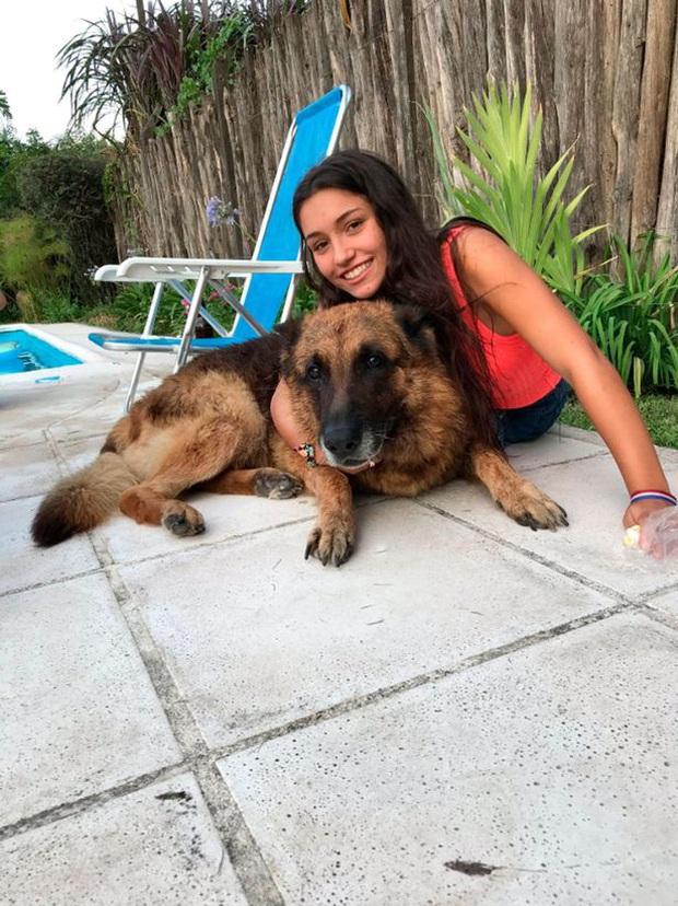Chụp ảnh với chó cưng, cô gái trẻ bị con vật tấn công dữ dội khiến gương mặt tổn thương đến mức gây rùng mình - Ảnh 1.