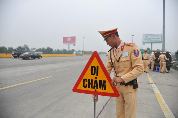 Kiểm tra nồng độ cồn tất cả tài xế vào cao tốc - Ảnh 2.