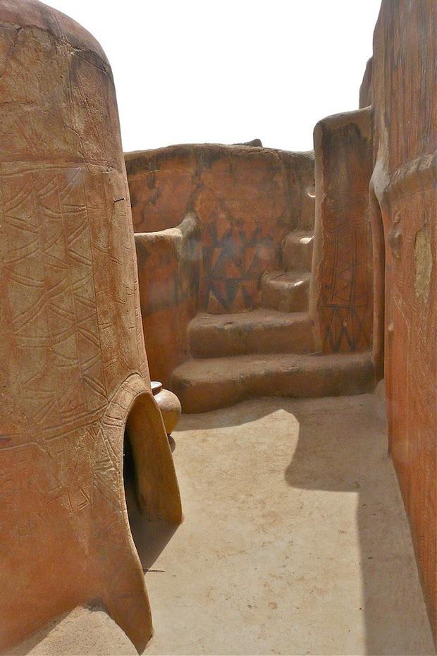 Ghé thăm làng đất nung độc đáo của quý tộc châu Phi, ngôi nhà nào cũng là tác phẩm nghệ thuật đặc sắc - Ảnh 11.