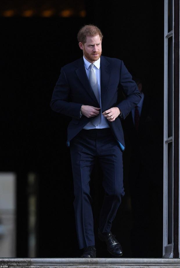 Hoàng tử Harry lần đầu xuất hiện sau khi tuyên bố rời hoàng gia với vẻ mặt bất thường và phớt lờ truyền thông - Ảnh 2.