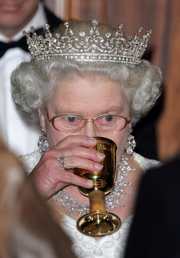 Nổi tiếng dung dị nhưng hóa ra Công nương Kate Middleton cũng từng phá luật chất chơi nào kém Meghan Markle - Ảnh 3.