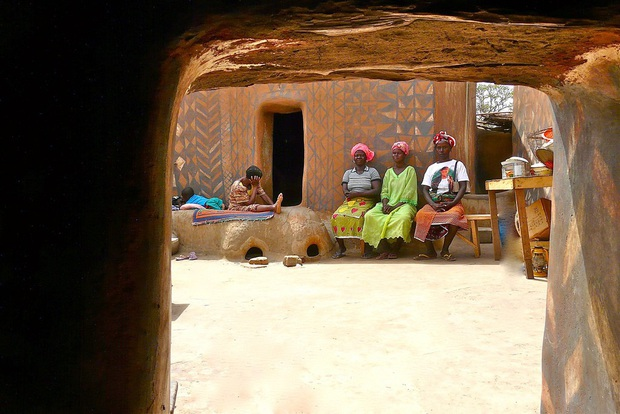 Ghé thăm làng đất nung độc đáo của quý tộc châu Phi, ngôi nhà nào cũng là tác phẩm nghệ thuật đặc sắc - Ảnh 4.
