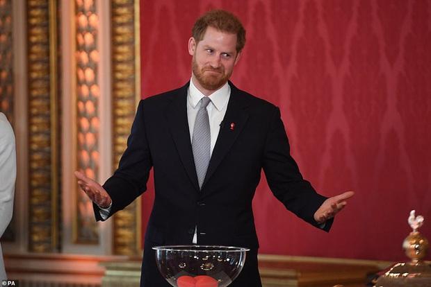 Hoàng tử Harry lần đầu xuất hiện sau khi tuyên bố rời hoàng gia với vẻ mặt bất thường và phớt lờ truyền thông - Ảnh 4.