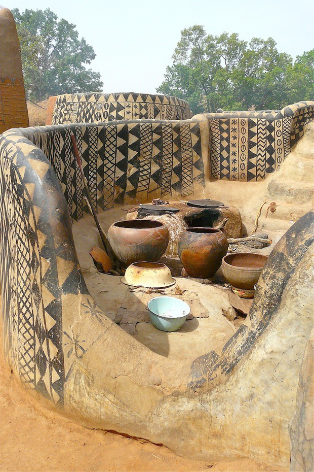 Ghé thăm làng đất nung độc đáo của quý tộc châu Phi, ngôi nhà nào cũng là tác phẩm nghệ thuật đặc sắc - Ảnh 9.