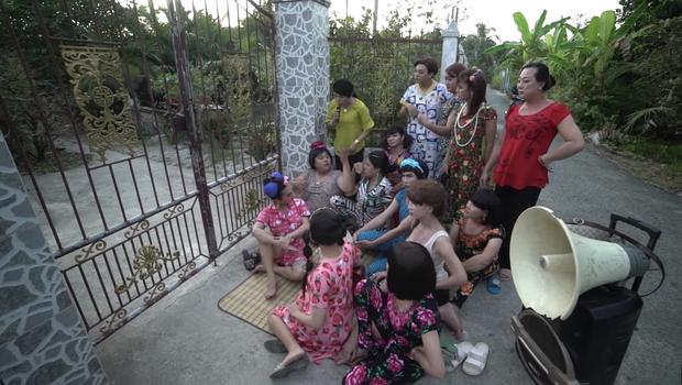 Cười nắc nẻ với hội chị em bạn dì ở Bóng Tết Hương Nam: Mê trai chưa kịp đầu thai đã bị đánh bờm đầu? - Ảnh 9.