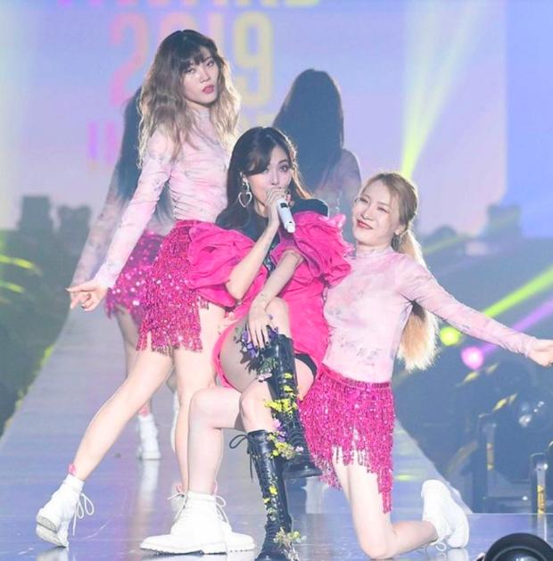 Tưởng HyunA muốn chơi độc khi diện đôi boot hoa hòe hoa sói nhưng hoá ra đằng sau đó là cả câu chuyện ấm lòng fan - Ảnh 1.