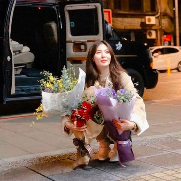 Tưởng HyunA muốn chơi độc khi diện đôi boot hoa hòe hoa sói nhưng hoá ra đằng sau đó là cả câu chuyện ấm lòng fan - Ảnh 4.