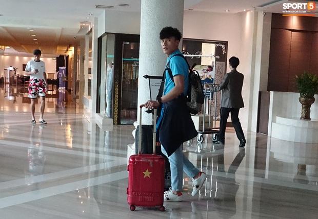 U23 Việt Nam rời Thái Lan về nước, thủ môn Bùi Tiến Dũng tích cực xếp hành lý cho cả đội - Ảnh 2.