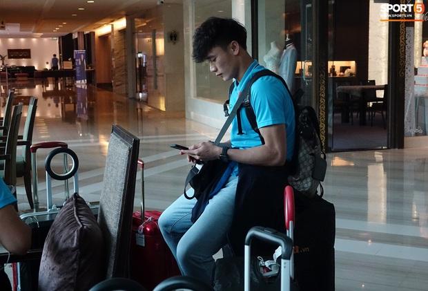 U23 Việt Nam rời Thái Lan về nước, thủ môn Bùi Tiến Dũng tích cực xếp hành lý cho cả đội - Ảnh 3.