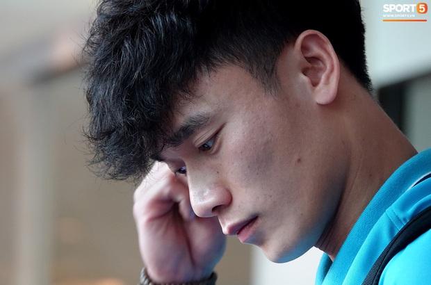 U23 Việt Nam rời Thái Lan về nước, thủ môn Bùi Tiến Dũng tích cực xếp hành lý cho cả đội - Ảnh 4.