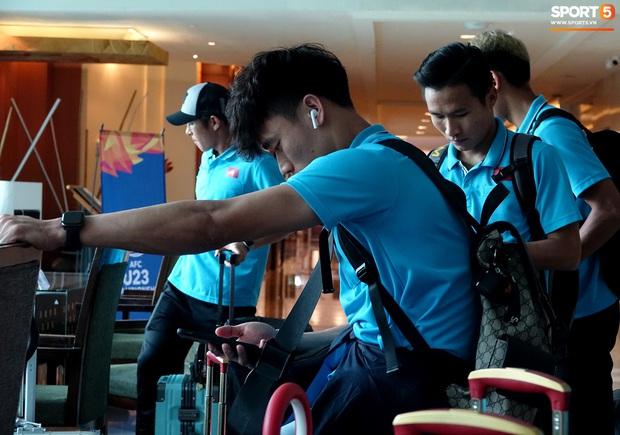 U23 Việt Nam rời Thái Lan về nước, thủ môn Bùi Tiến Dũng tích cực xếp hành lý cho cả đội - Ảnh 5.