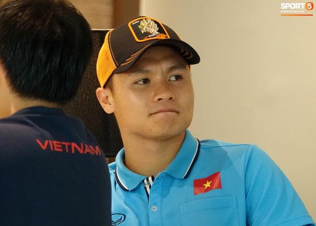 Đội trưởng Quang Hải đội nón Goku, cực ngầu khi chỉ đạo đồng đội nhanh chóng thu dọn hành lý - Ảnh 9.