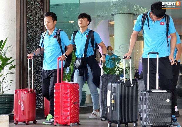U23 Việt Nam rời Thái Lan về nước, thủ môn Bùi Tiến Dũng tích cực xếp hành lý cho cả đội - Ảnh 10.